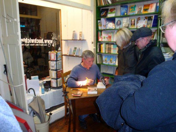 Andreas Winkelmann stand im Anschluss an die Lesung für zahlreiche Widmungen zur Verfügung.