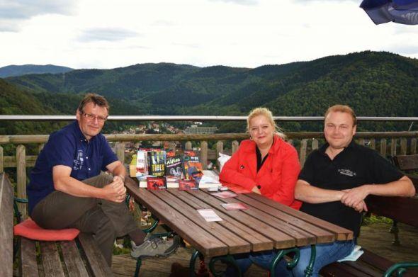 Susanne Kinne und Roland Lange (links) mussten den Wirt Jens Riedel nicht lange bitten, um eine Veranstaltung in der Berggaststätte auf dem Hausberg stattfinden zu lassen. (Foto Chr. Dolle)