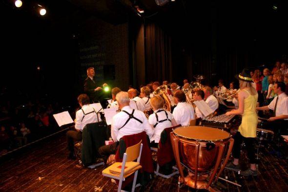 In Aktion: Das Blasorchester Sieber unter Leitung von Holger Bertram mit einem Teil des Chors der Grundschule am Hausberg. (Fotos: Thomas Nürnberger)