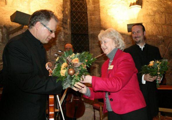 Jörg Fassmann (li) und Matthias Grünert freuen sich über das Blumen-Dankeschön vom Veranstalter