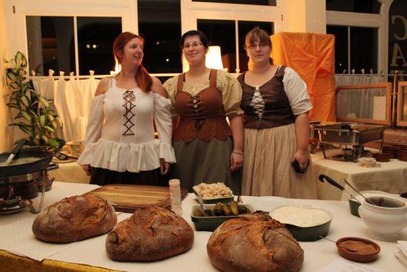 Birgit Hahne (li.) und ihr Team kredenzten stilecht mittelalterliche Speisen