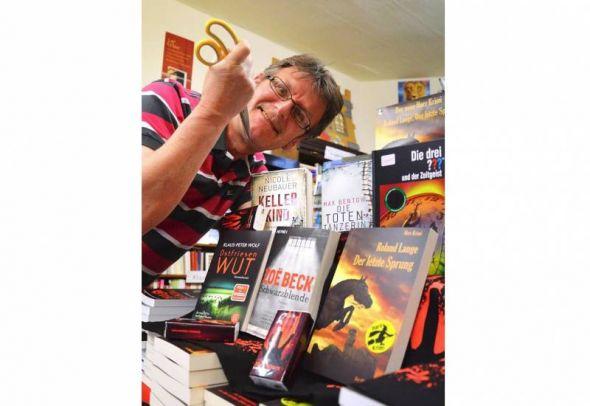 Der tut nix, der will nur Krimis lesen: Roland Lange und einige der diesjährigen Mordsharz-Titel.