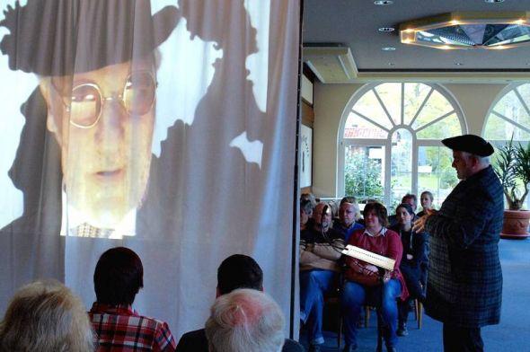 Eine Mischung aus Theater und Live-Kino: Bestatter Sowerberry (links) lauscht interessiert dem Angebot von Mr. Bumble, einen gewissen Oliver Twist betreffend.