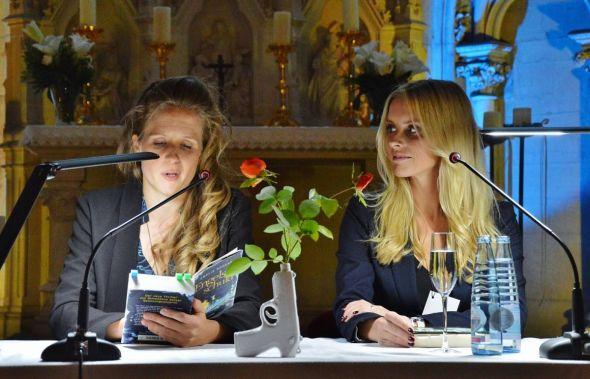 """Kommt der Täter auch hinter schwedische Gardinen? Julia Nachtmann (links) und Autorin Emelie Schepp lasen aus """"Engelsschuld"""" beziehungsweise dem schwedischen Original """"Prio Ett""""."""