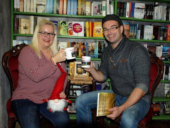Darauf einen Kaffee: Buchwichtel-Expertin Susanne Kinne und Carsten Kiehne freuen sich auf einen sagenhaften Abend.