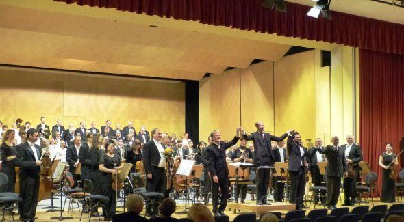 Auf dem Foto verneigen sich (v. li.nach re.) Daniel Klajner, der Dirigent, Christoph Ehrenfellner, der Komponist, Manos Kia, Bariton und Markus Popp, Chorleiter des Theaterchores.