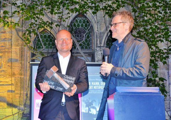 Christof Weigold bekam von Oliver Bottini den Harzer Hammer überreicht.