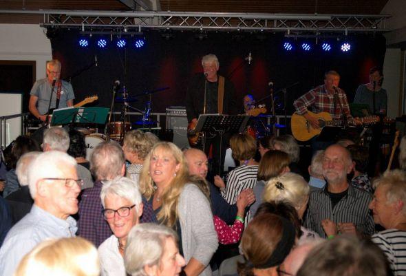 """Volle Tanzfläche bei den New Mad Maroons. Im Hintergrund (von links) Klaus Feldhahn, Reiner """"Latschen"""" Bartels, Jürgen """"Fatsy"""" Menge und Daniela Bartels. (Fotos: Detlef Seidel)"""