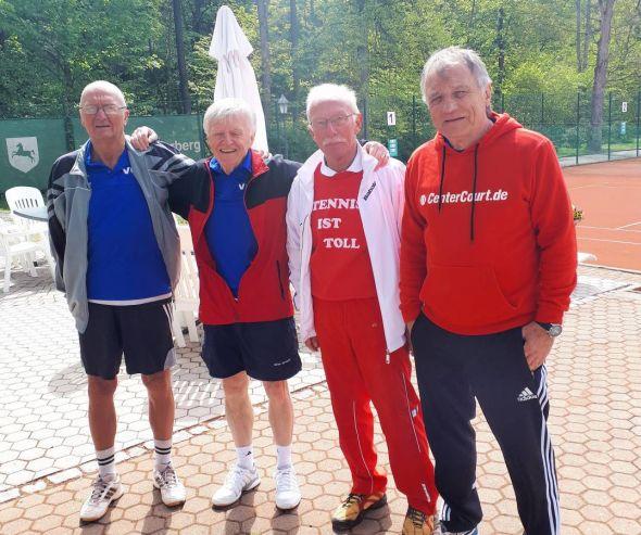 Die Herren 65 nach ihrem Auftaktsieg (von links): Werner Koch, Otto Matzenauer (Mannschaftsführer), Jürgen Breitenstein und Peter Lehnen.