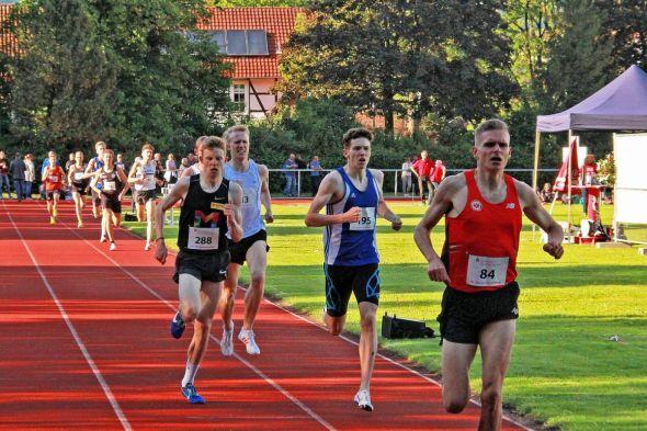 Das Highlight des diesjährigen Meetings: Das 1.500-Meter-Rennen. Männer und U20 liefen zusammen. Sven Wagner (288) und Maximilian Sluka (rechts daneben, 195) packten die Norm für die U20-EM. (Fotos: Corina Bialek / www.eseltreiber.de)