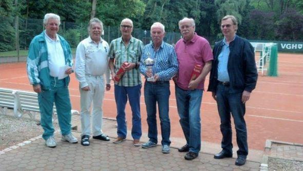 """Siegerehrung (v.l.): Gerrit Hesselink (ehemaliger Vorsitzender), Gero Fröhlich (aktuell 1. Vorsitzender), Werner Koch (2. Platz), Jürgen Breitenstein (Sieger), Karl-Heinz Ziegenbein (3.Platz) und Dieter König (Sohn des """"Ehrenpräsidenten"""")."""