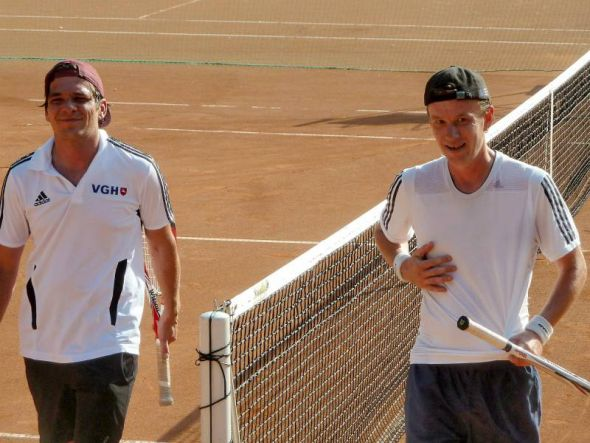 Packendes und schweißtreibendes Finale: Timo Fröhlich (links) und der Sieger Hartmut Reinbender nach dem Match.
