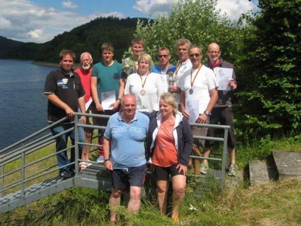Von links: Markus Zaunick, Dieter Koch, Kevin Rewers, Hendrik Fröhlich, Iris Boese, Lars Fröhlich, Maik Knappe, Hans-Werner Kneusels, Kay Franke. Vorn: Jonny und Ines Görmer.