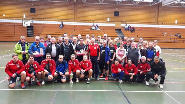 Die Teilnehmer in der KGS-Sporthalle.