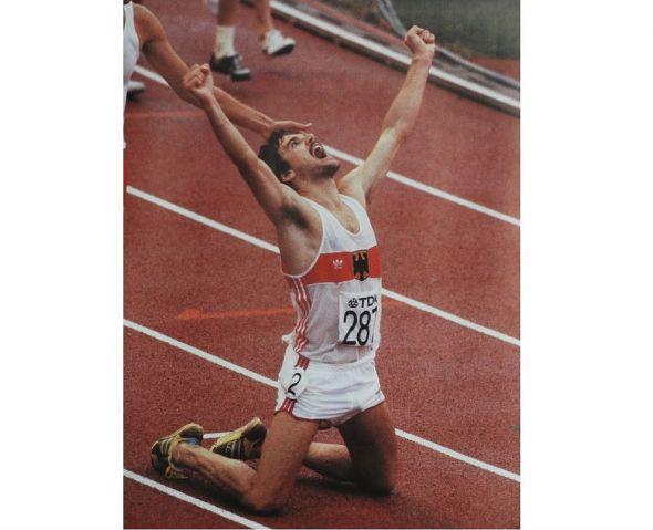 Der Kniefall von Helsinki: Hindernisläufer Patriz Ilg nach dem Titelgewinn bei der WM 1983. (Foto: privat)