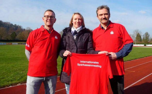 Sorgen beim Sparkassenmeeting für das physische Wohl der Sportlerinnen und Sportler (von links): Kai Lueer, Madeleine Warmuth, Dr. Armin Goers.
