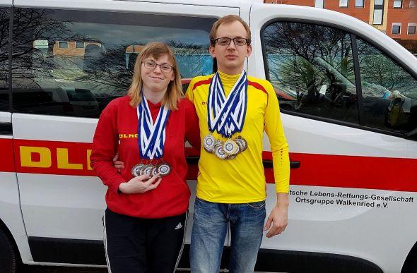 Jacqueline Gleitz und Tom Täubert mit ihrer Edelmetall-Ausbeute.
