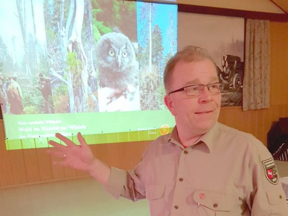 """Nationalpark-Ranger Thomas Beck bei seinem Vortrag zum Thema """"Baustelle Natur"""". Foto: SPD Herzberg"""