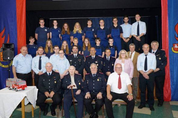 Die Jugendfeuerwehr Herzberg mit Gründungsmitgliedern, Betreuern und Gästen
