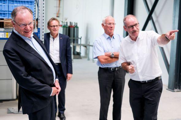 Dr. Frank Harms zeigt Ministerpräsident Stephan Weil, dem Landtagsabgeordneten Karl Heinz Hausmann und Martin Christ jun. das Unternehmen. Foto: Sigma Christ/Kühne