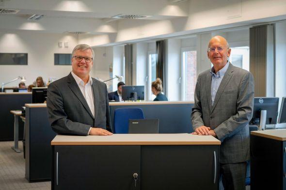 Der Vorstandsvorsitzende Dr. Martin Rudolph begrüßt Uwe Bangert als neues Vorstandsmitglied der SüdniedersachsenStiftung. Foto: SüdniedersachsenStiftung/da Silva