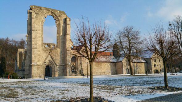 Blick auf das Westportal und die gotische Klosteranlage Walkenried (Foto: B. Moritz, ZisterzienserMuseum Kloster Walkenried)