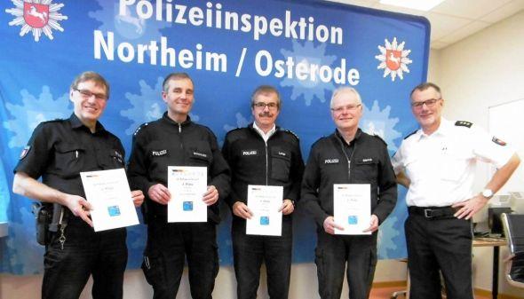 Bei der Überreichung der Urkunden (von links): PHK Gerhard Krause, PHK Christian Borchard, KHK Dirk Lange, POK Kersten Olbrich und Hans Walter Rusteberg.