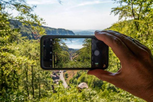 """So einfach geht's: Kamera oder Smartphone zücken, tolle Landschaftsbilder festhalten – wie hier den Blick von """"Klaras Höhe"""" auf Lerbach – und auf Instagram markieren. (Foto: HTV / A. Kaßner)"""