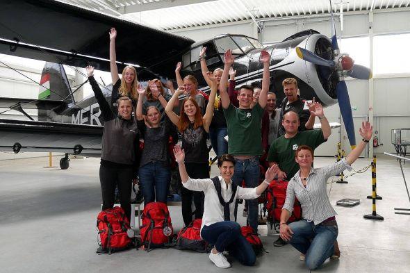 Siegerehrung im Luftfahrtmuseum Wernigerode: Teilnehmer der Harzer Uni-Challenge mit HTV-Geschäftsführerin Carola Schmidt und Nadine Herholt von der Firma Younit.
