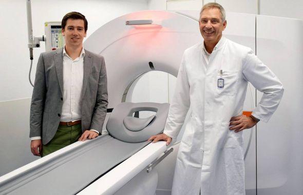 Dr. med. Holger Schwantes und Johannes Richter mit dem neuen CT. Bildnachweis: Helios Kliniken
