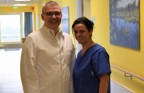 Artur Smorodin, neuer Chefarzt der Gynäkologie und Geburtshilfe, zusammen mit Sandra Siewert, Leitende Hebamme der Klinik (Foto: Helios Kliniken)