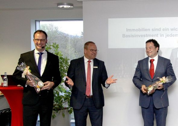 Nach den Fachvorträgen der Deka-Experten bedankte sich Uwe Maier (Mitte), Vorstandsmitglied der Sparkasse Osterode am Harz, bei den Referenten Daniel Körber (links) und Mike Elsner (rechts).