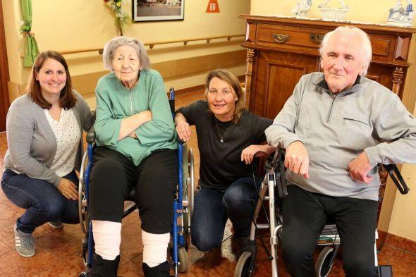 Direktorin Stefanie Schomburg (links) und die neue Pflegedienstleiterin Anne Becker kommen im Haus Lukas täglich mit den Bewohnern ins Gespräch.