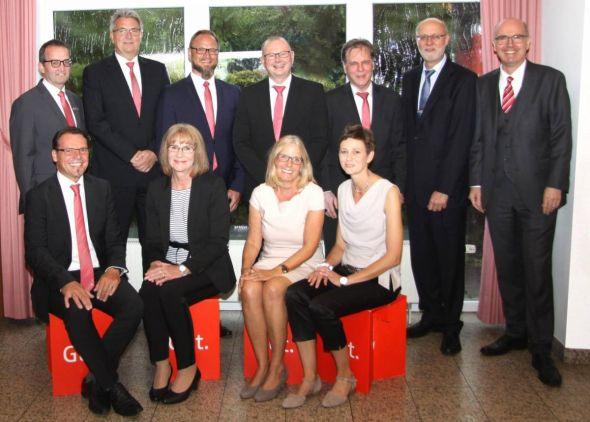 Vorstandsvorsitzender Thomas Toebe (1.v.r.) zusammen mit dem Bereichsdirektor Personal Bernd Wiegand (2. R./1.v.l.), dem Personalratsvorsitzenden Hartmut Böcker (1.R/1..v.l.), den Dienstjubilaren und dem Ruheständler Wilfried Bartels (2.v.r.).
