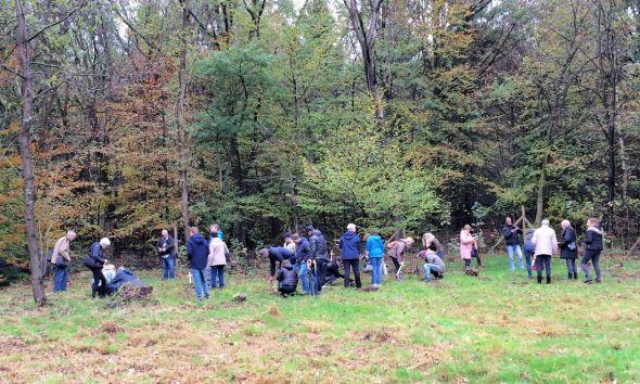 Die Angehörigen pflanzten junge Bäume im Angedenken an ihre Verstorbenen. (Fotos (2): Ingrid Günther)