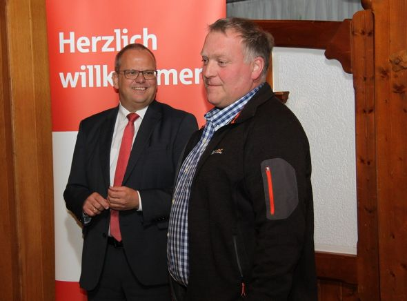 Vorstandsmitglied Uwe Maier (links) von der Sparkasse und Kreishandwerksmeister Dirk Reinholz bei der Begrüßung.