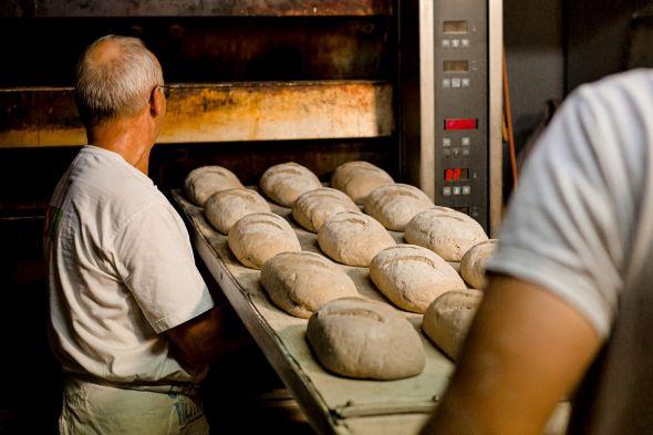 Wer in der Backstube arbeitet, macht einen harten Job. Zu viele Bäckereien würden ihre Mitarbeiter trotzdem mit Niedriglöhnen abspeisen, kritisiert die Gewerkschaft NGG.