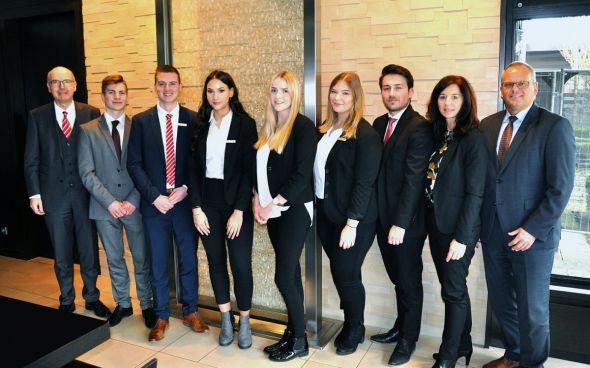 Vorstandsvorsitzender Thomas Toebe (v.l.) mit Til Stümmel, Florian Glatthor, Denise Junghans, Marie-Christin Lindner, Charlotte Bömeke, Volkan Akman, Andrea Reuper (Ausbildungsleiterin) und Uwe Maier (Vorstandsmitglied).