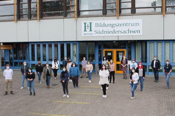 Die zukünftigen Pflegefachfrauen und -männer mit ihren Dozenten des Helios Bildungszentrums Südniedersachsen (Foto: Helios Kliniken)