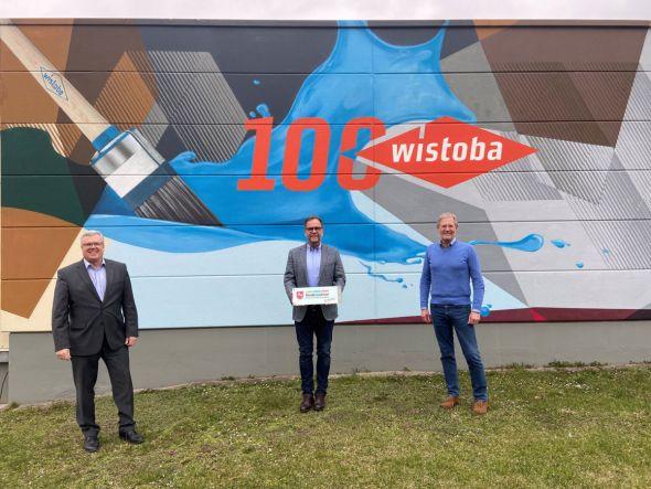"""Das Banner """"Wir sind dabei"""" wurde Thorsten (rechts) und Arndt Stollberg von Martin Rudolph, Leiter der IHK Göttingen (links), übergeben (Foto: Wistoba)"""