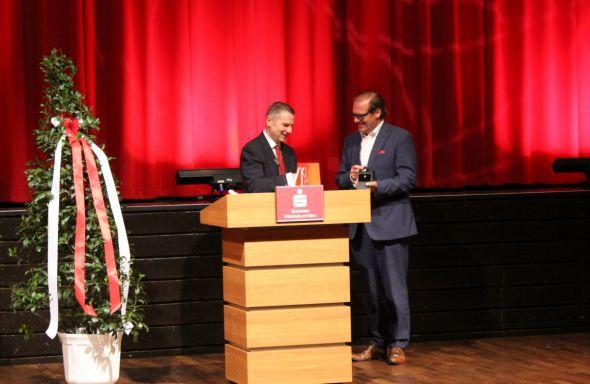 Thomas Mang (li.) verleiht die Sparkassenmedaille in Gold an Landrat Bernhard Reuter