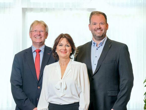 vdw-Verbandsdirektorin Dr. Susanne Schmitt mit Bürgermeister Dr. Thomas Gans und dem Vorstandsvorsitzenden der Gemeinnützigen Baugenossenschaft Ingo Fiedler. Foto: vdw