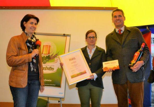 Urkundenübergabe (von links): HTV-Geschäftsführerin Carola Schmidt mit dem Inhaber-Ehepaar von Schierker Feuerstein Britta und Walter Möller.