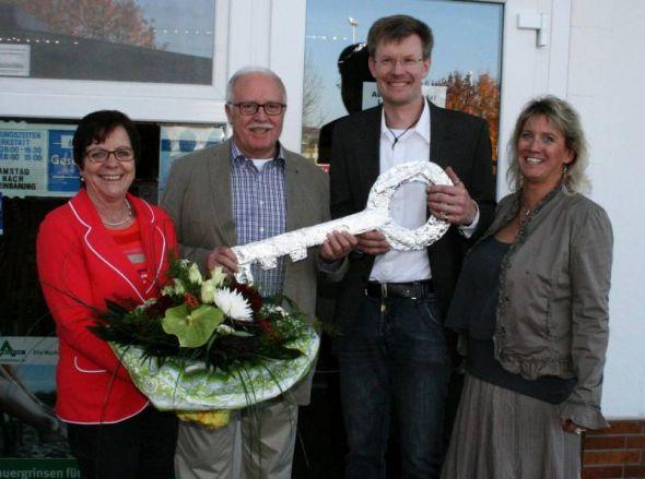 von links: Doris und Ulrich Michaelis bei der symbolischen Schlüsselübergabe an Alex Riedel und Nicola Kohlrausch