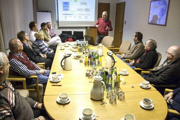 Baryt-Geschäftsführer Georg Kühler informiert seine Gäste im Besprechungsraum.