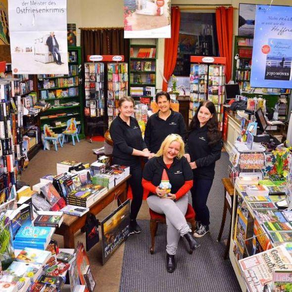 Susanne Kinne mit ihrem Team und einem ersten Buchwichtel im ganz behutsam umgeräumten Buchladen.