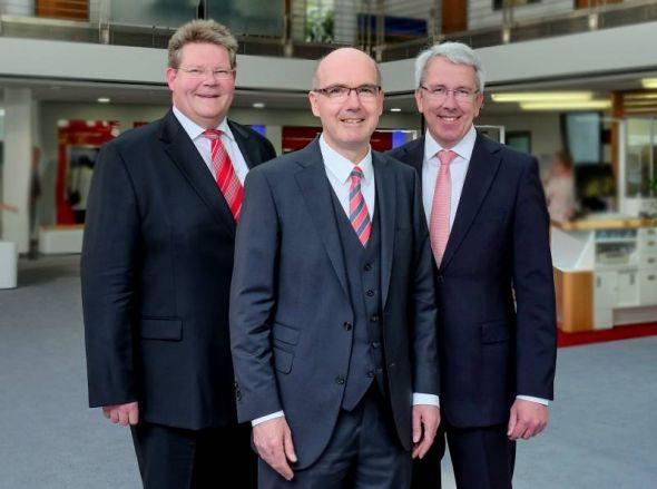 Veränderung im Vorstand der Sparkasse (von links): Nachfolger Ralf Kröger, Vorstandsvorsitzender Thomas Toebe und Vorgänger Uwe Hacke.