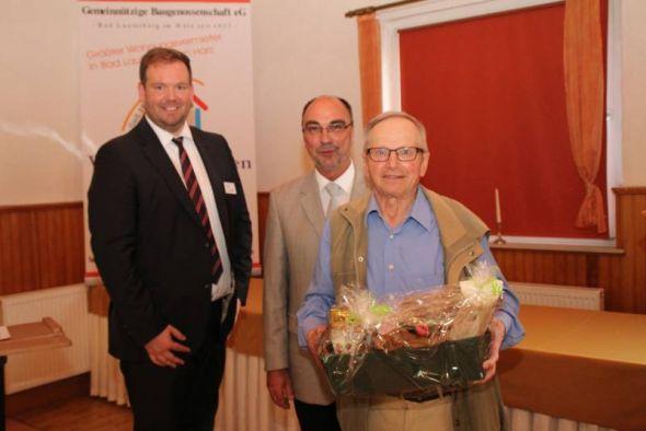 Horst Kleint wurde für 50-jährige Mitgliedschaft geehrt und erhielt ein Präsent aus den Händen von Vorstand Ingo Fiedler und dem Aufsichtsratsvorsitzenden Gerold Hoffmann