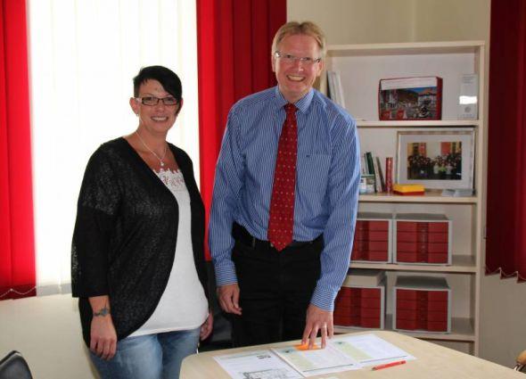Pflegedienstleiterin Diana Benneckenstein und Bürgermeister Dr. Thomas Gans stellen das Projekt vor