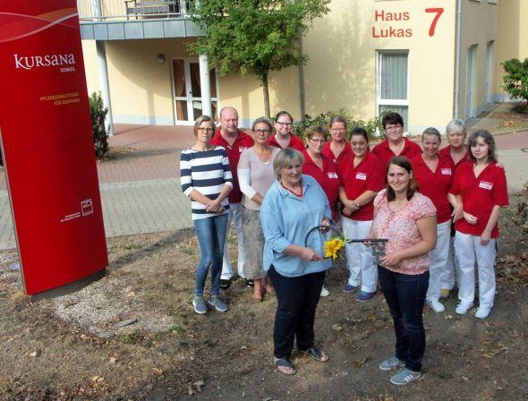 Renate Springborn-Aschoff (vorne links) übergibt den symbolischen Schlüssel für das Haus Lukas an ihre Nachfolgerin Stefanie Schomburg.